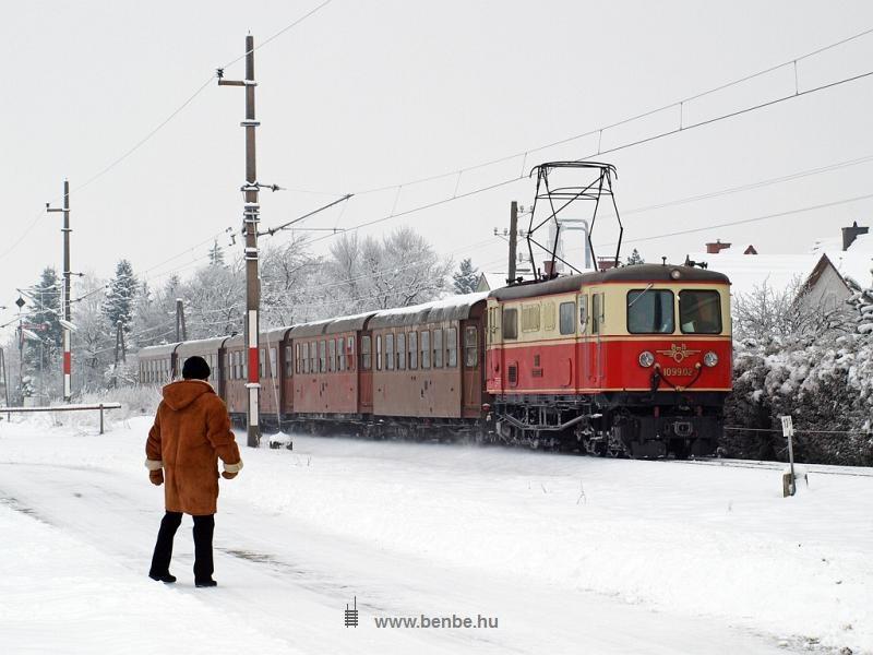 Az ÖBB/BBÖ 1099.02 pályaszámú keskennyomközű villanymozdonya rövid személyvonattal Ober Grafendorf állomásnál fotó