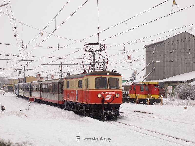 Az ÖBB 1099.001-8 pályaszámú ős-villamosmozdonya Ober Grafendorf állomáson egy felsővezeték-karbantartó jármű társaságában fotó
