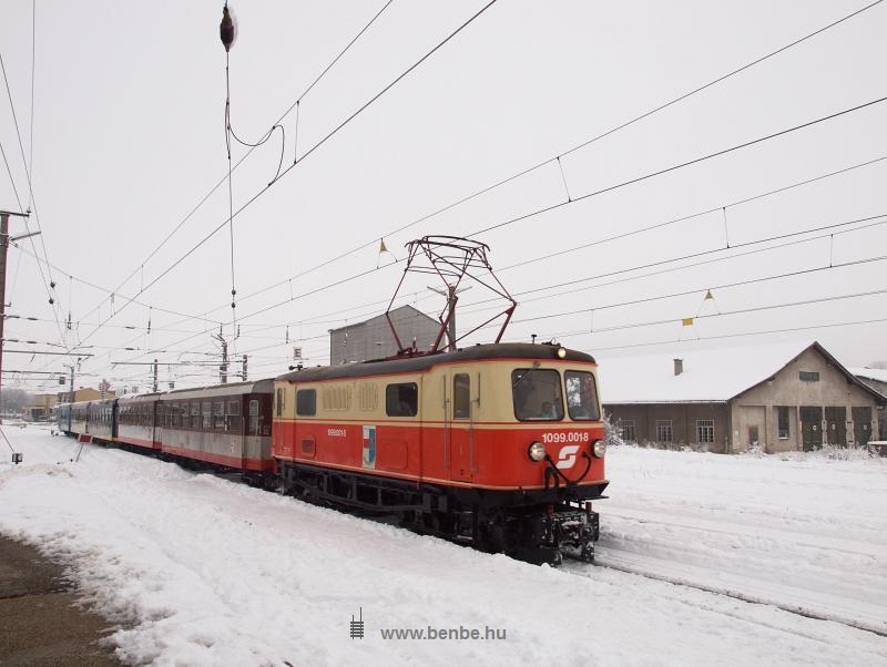 The ÖBB 1099.001-8 archaic electric locmotive at Ober Grafendorf station photo