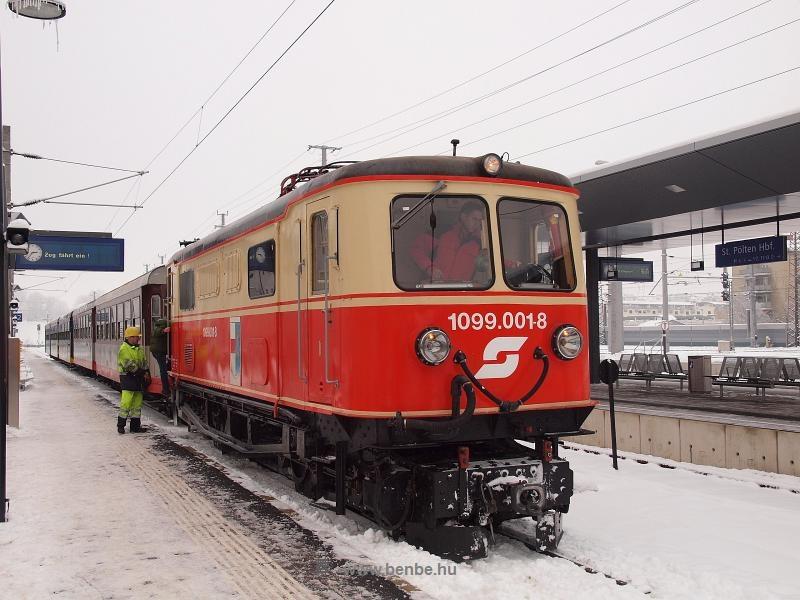 Az ÖBB 1099.001-8 pályaszámú ős-villamosmozdonya St. Pölten Hauptbahnhof állomáson fotó