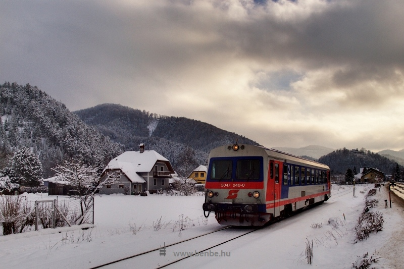 Az ÖBB 5047 040-0 pályaszámú motorkocsija egyedül halad Hohenberg és Furthof között fotó