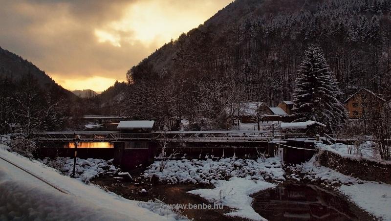 Napnyugta az alsóausztriai Freilandban álló Traisen-gátnál fotó