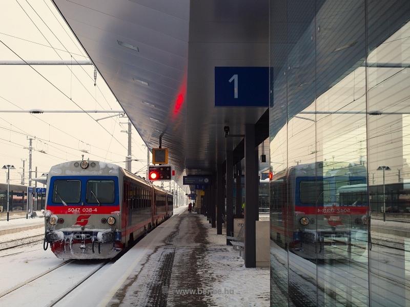 5047 038-4 tükröződik St. Pöltenben fotó
