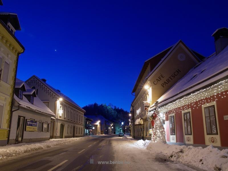 Hohenberg főutcája, a vár és a Café Partsch, a völgy legjobb sörözője fotó