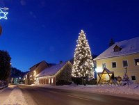 The main street of Hohenberg in advent lights together with the castle and Café Partsch, de best pub in the Traisen valley