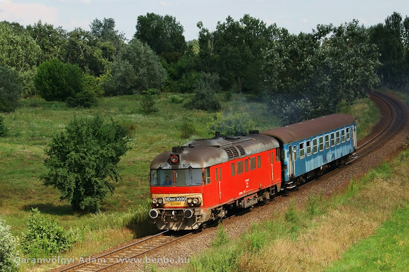 MDmot 3020 Debrecenből a 108-as vonalra jár ki egy Bp-kocsival fotó