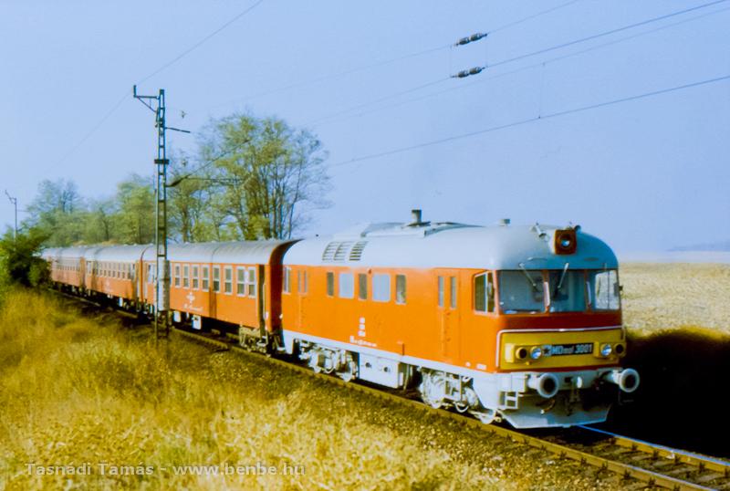 Az MDmot 3001 1986. október 14-én Bátaszékről érkezvén Pusztaszabolcs határában halad fotó