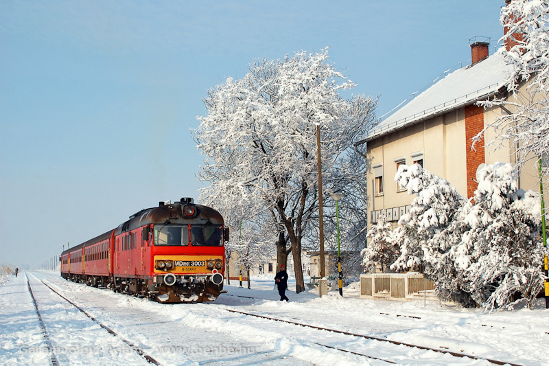 Az MDmot 3003-as a trains.hu különvonatozásán Kunmadaras állomáson fotó