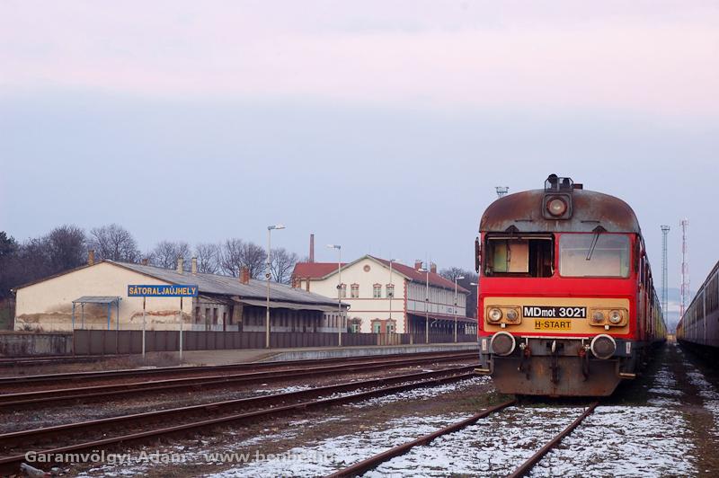 Az MDmot 3021 Sátoraljaújhelyen, több más, szétvágásra ítélt jármű mellett fotó