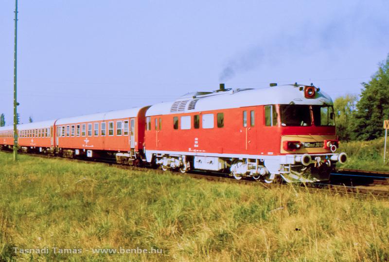 A vonat végén dolgozó MDmot 3018 éppen Balatonszentgyörgy állomást hagyja el Nagykanizsa felé fotó