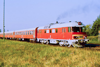 The red-starred MDmot 3018 by Balatonszentgyörgy, on its way to Nagykanizsa