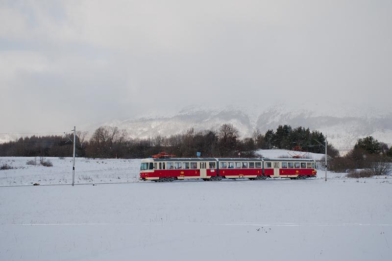 A ŽSSK EMU 89 0009 Alsóerdőfalu és Nagyszalók között, a háttérben, a felhőbe burkolózva, a Magas-Tátra vonulata fotó