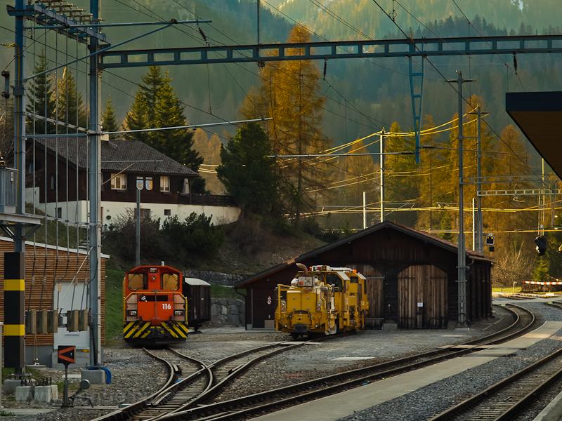 A Rhätische Bahn bergüni fűtőháza hajnalban (Bergün/Bravuogn, Graubünden, Svájc) fotó