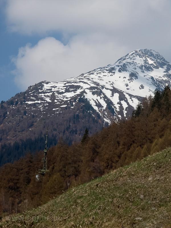 Katonai adó jól elrejtve a hegyek között fotó
