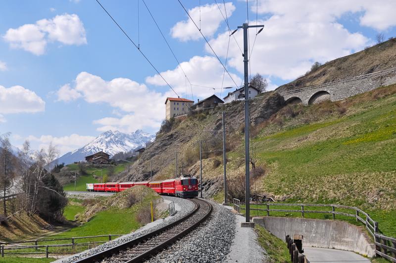 Az RhB Ge 4/4 II  627 érkezik Ardez állomásra fotó