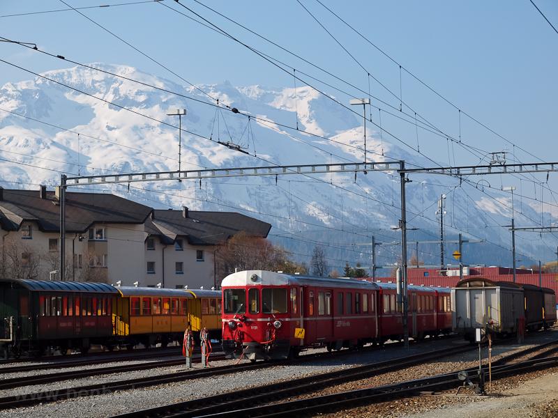 Régi vezérlőkocsis szerelvény a samedani tárolóvágányon, a háttérben a Bernina-masszívummal fotó