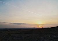 Bzmot 345 ereszkedik Veszprém felé a naplementében