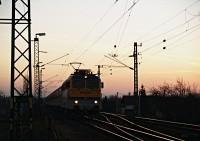 V43 3187 tök piros vonatával Tárnokon
