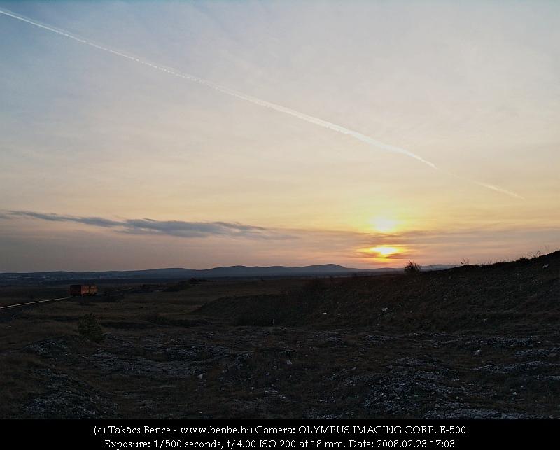 Bzmot 345 ereszkedik Veszprém felé a naplementében fotó