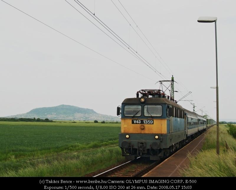 V43 1359 Karakószörcsökön, a háttérben a Somló fotó