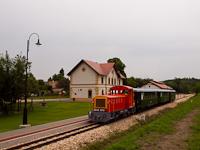 A Vál-Völgyi Kisvasút Mk48 2012 Felcsút állomáson (amit a vasútépítő dicső ősök Alcsút-Felcsútnak nevezének el, ámde ez a név nem felelt meg a mai világ nevezéktanalkotóinak)