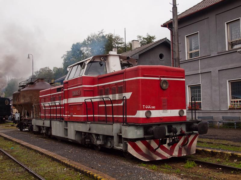 A ŽSR 726 082-1 (T444.1082) Tiszolc állomáson (Tisovec, Szlovákia) fotó