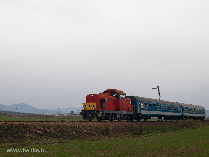A MÁV-Trakció Zrt. 478 032 (ex-M47 2032) pályaszámú Dácsiája a Rákóczibányára vezető iparvasút kiágazásánál Kisterenye és Nemti között fotó