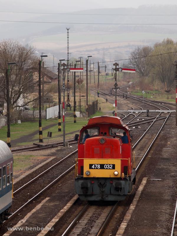 A MÁV-Trakció Zrt. 478 032 (ex-M47 2032) pályaszámú Dácsiája körbejár Kisterenye állomáson fotó
