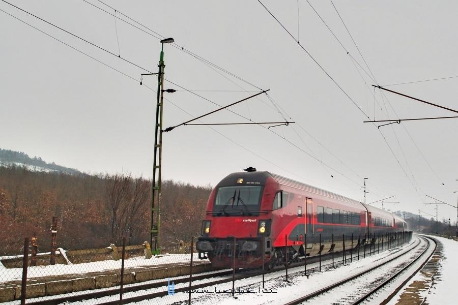 A 80-90 705 pályaszámú  railjet  vezérlõkocsi Szár megállóhelyen fotó
