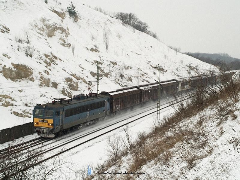 V63 150 nagy havat kavar eltolható oldalfalú kocsikból álló tehervonatával a szári bevágásban fotó