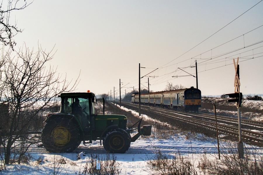 Traktorátjáró és BDt 330 székesfehérvári személyvonattal fotó