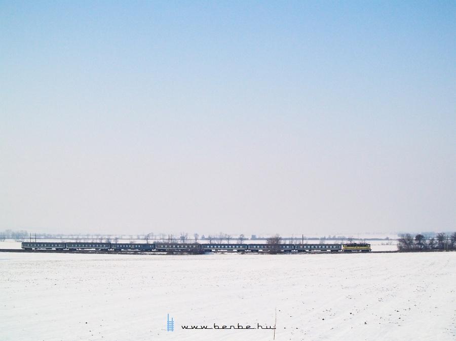 V43 329 Pettend és Baracska között egy Szombathelyrõl érkezõ gyorssal fotó