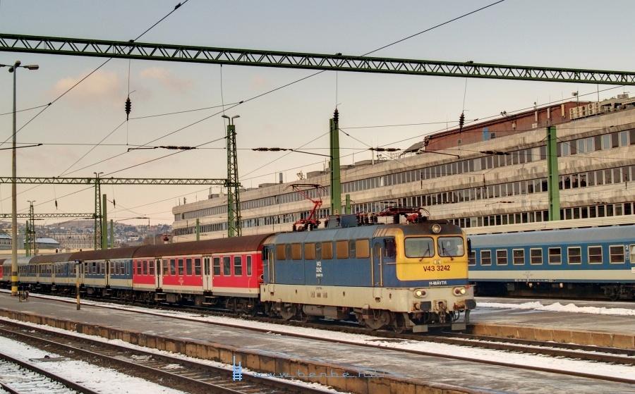 V43 3242 Budapest Déli pályaudvaron fotó