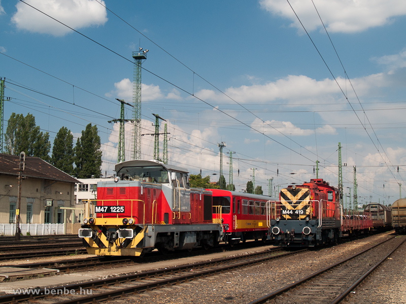 The M47 1225 is hauling refurbished Bzx trailers from Szolnok to home at Ferencváros station photo