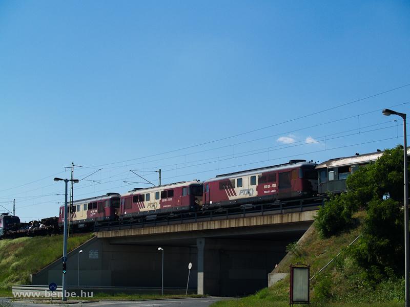 A PTK 060DA 1009, 1549 és 1389 pályaszámú Sulzerei vonatba sorozva a Déli Összekötővasúti-hídnál fotó