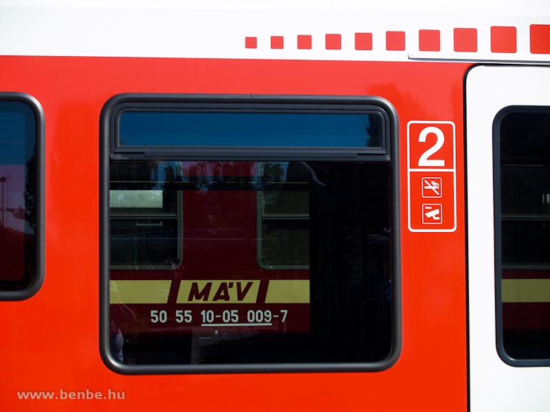Az MDmot 3017egy kocsija és az 5341 055-2 pályaszámú FLIRT a Füstiben fotó