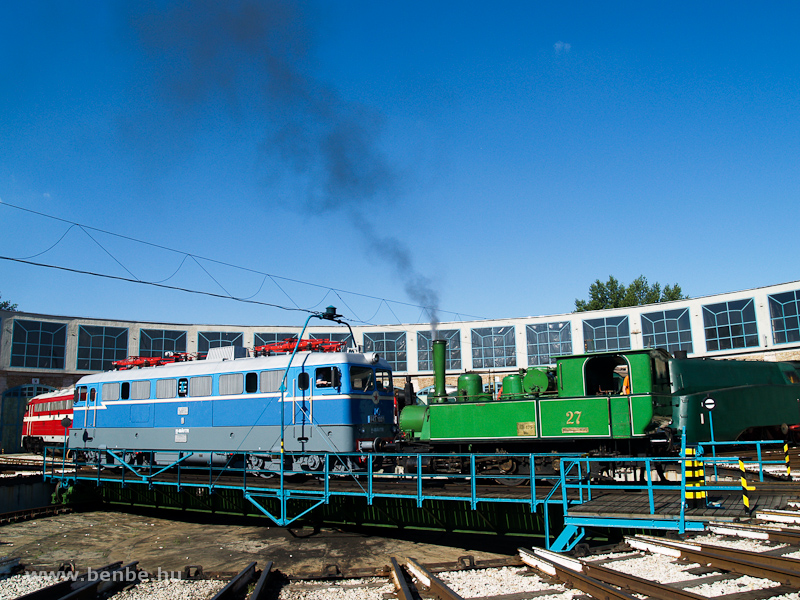 The BHÉV 27 is pulling the V43 1001 on the turntable photo