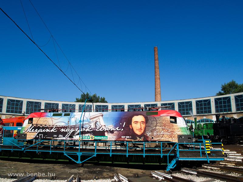 A GYSEV 1047 505-1-es  Széchenyi István -mozdony a fordítókorongon fotó