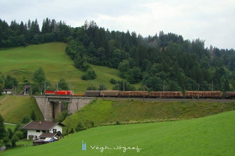Szinkronban üzemelő 1144 és 1116-os mozdony ereszkedik a windaui völgyben Wörgl felé fotó
