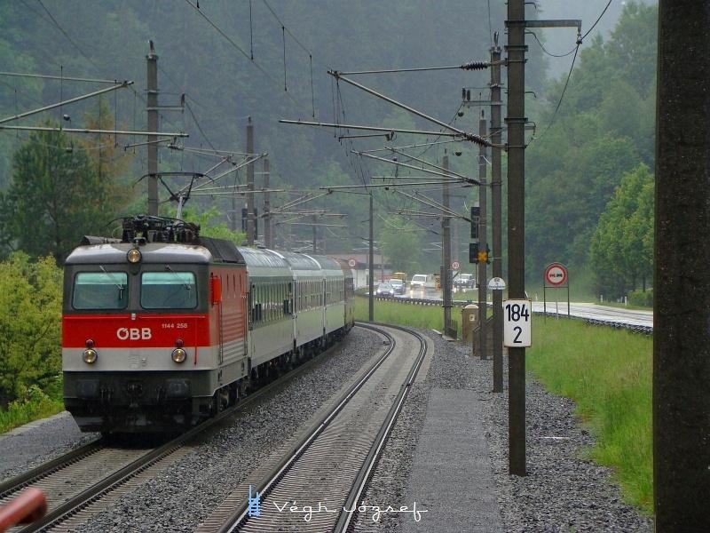 IC 515 érkezik Hopfgartenbe a szakadó esőben a 1144 258-as mozdonnyal az élen fotó