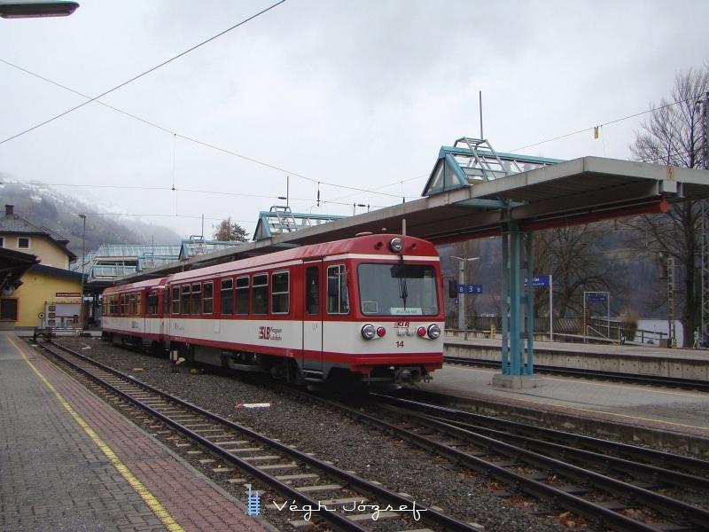 A 14-es számú motorvonat már a Salzburger Lokalbahn színeiben, közös peronról indul a Zell am See-i állomásról a normálnyomtávú vonatokkal fotó