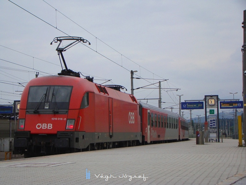 1016 018-2 egy Salzburgba induló ingavonat végén fotó