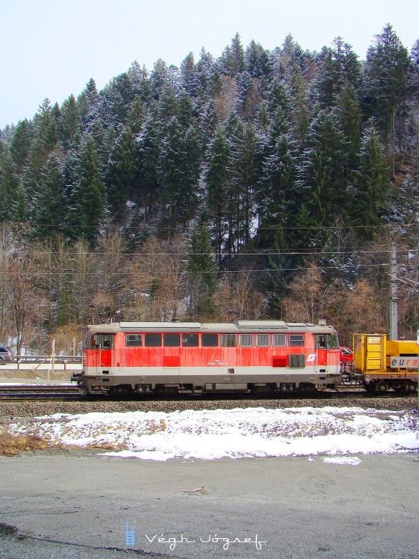 2043 058-3 itt már napfürdőben közel a Hopfgarteni állomáshoz fotó