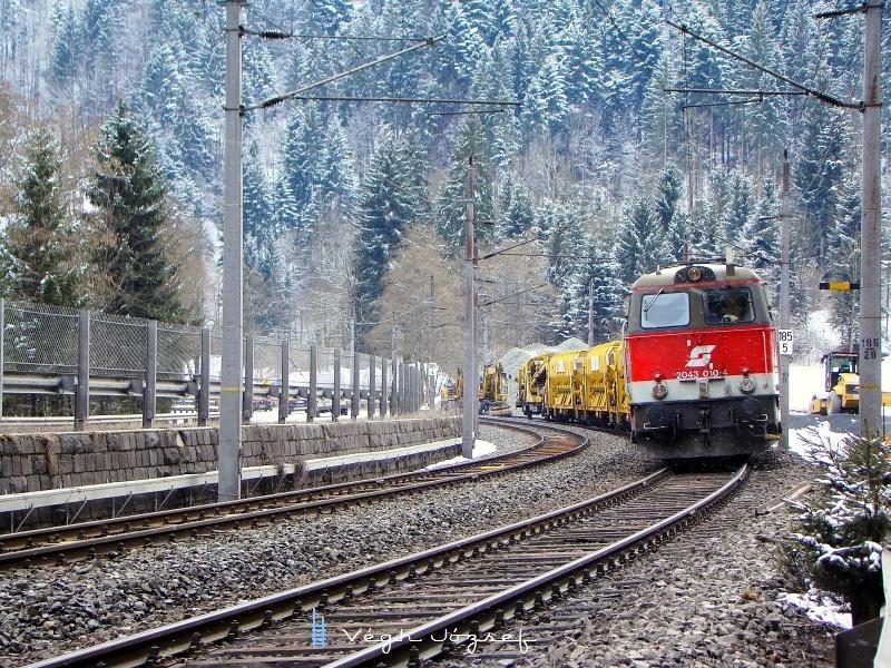 A 2043 010-4 pályaszámú dieselcsoda, dacolva a hóeséssel az íves pályarészek bontásánál segédkezik fotó