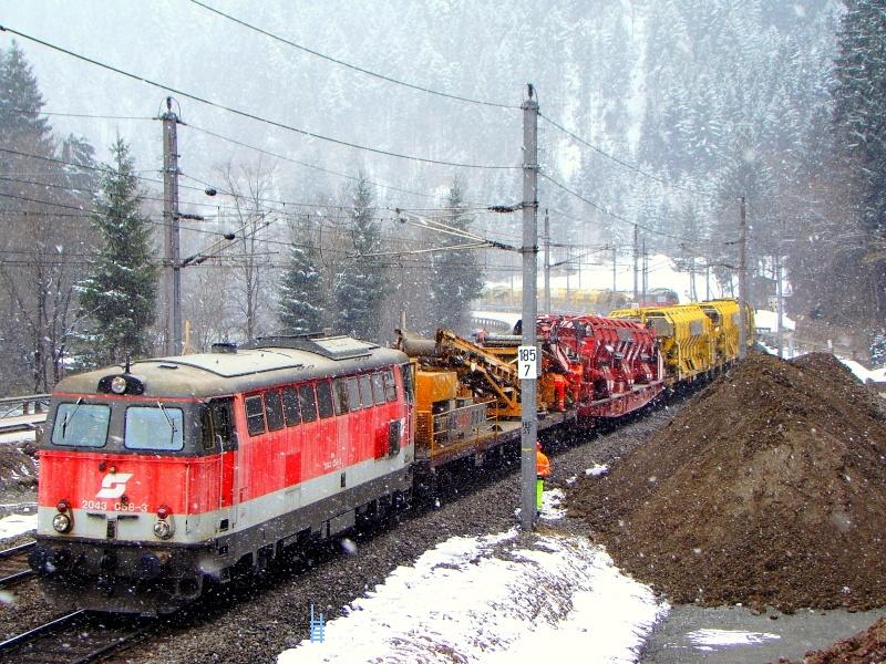 A 2043 058-3 és háttérben a 2043 010-4 az erős hóesésben Hopfgartennél fotó