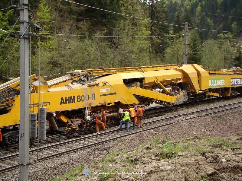 Az AHM 800-r nevű gépsor, egyébként átlagosan csak 300 métert halad 12 óránként, maximális teljesítménye 60 méter/ óra. fotó