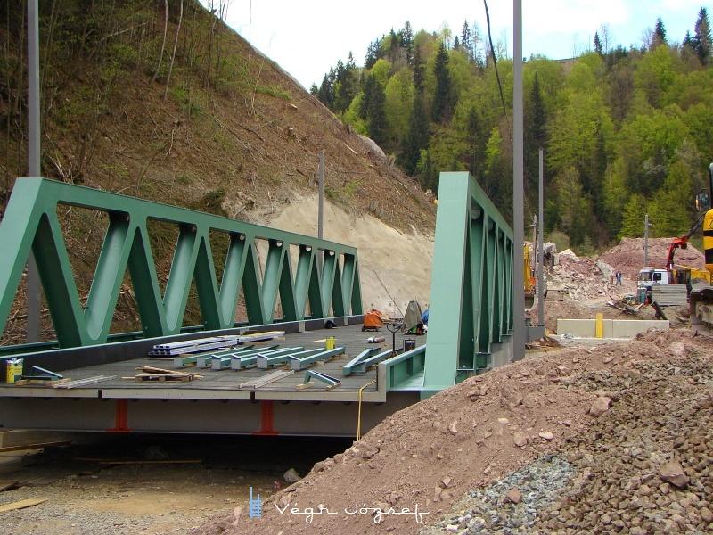 Ez pedig már az új híd, még pár nap és szaladhatnak is rajta a vonatok, ezzel egy régi lassújel került el végleg a sínek mellől. fotó