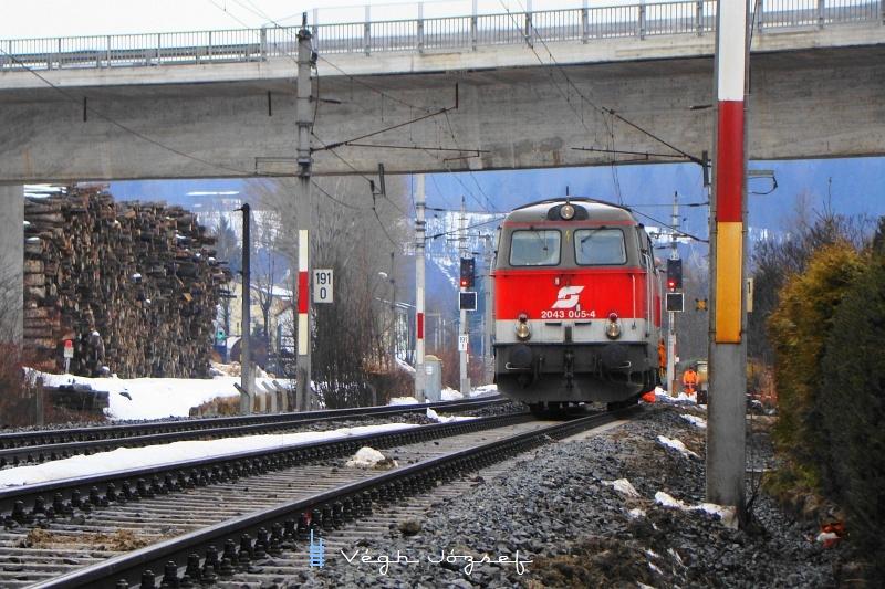 Az ÖBB 2043 005-4 Wörgl bejárati jelzőinél, ahol éppen váltókat cseréltek a felújítás keretében fotó
