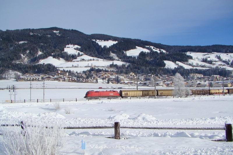 Egy Taurus ereszkedik Kirchbergnél tehervonatával fotó