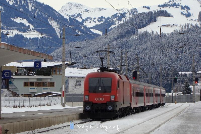 A 1016 044-8 által tolt ingavonat megindul a Giselabahn salzburgi végpontja felé, Kirchberg in Tirol állomásról fotó